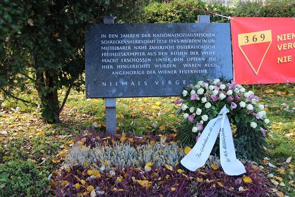 Kranz und Denkmal, Kagran 2013 (Foto: Archiv Personenkomitee)