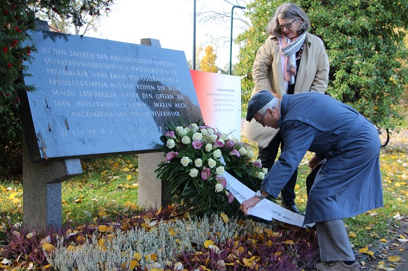 Terezija Stoisits und Richard Wadani bei der Kranzniederlegung, Kagran 2013 (Foto: Archiv Personenkomitee)