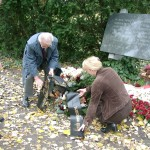 Kranzniederlegung, Kagran 2004 (Foto: Archiv Personenkomitee)