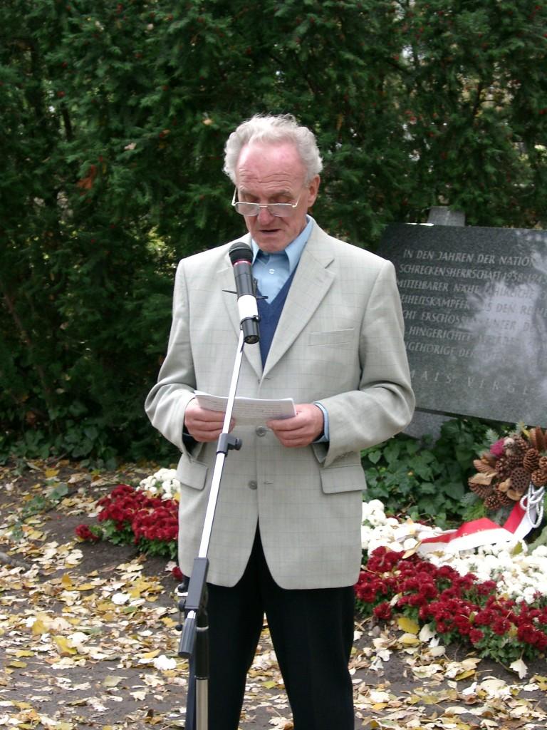 Peter Dovjak (Widerstandskämpfer, Verband der Kärntner Partisanen) bei seiner Festrede, Kagran 2004 (Foto: Archiv Personenkomitee)