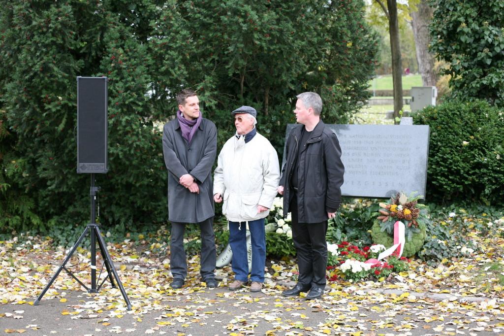 Thomas Geldmacher, Richard Wadani und David Ellensohn nach der Kranzniederlegung, Kagran, 2010 (Foto: Alexander Wallner)