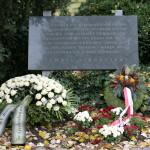 Kränze unter der Gedenktafel, Kagran, 2010 (Foto: Alexander Wallner)