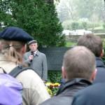 Richard Wadani bei seiner Rede während der Gedenkfeier, Kagran 2003 (Foto: Archiv Personenkomitee)