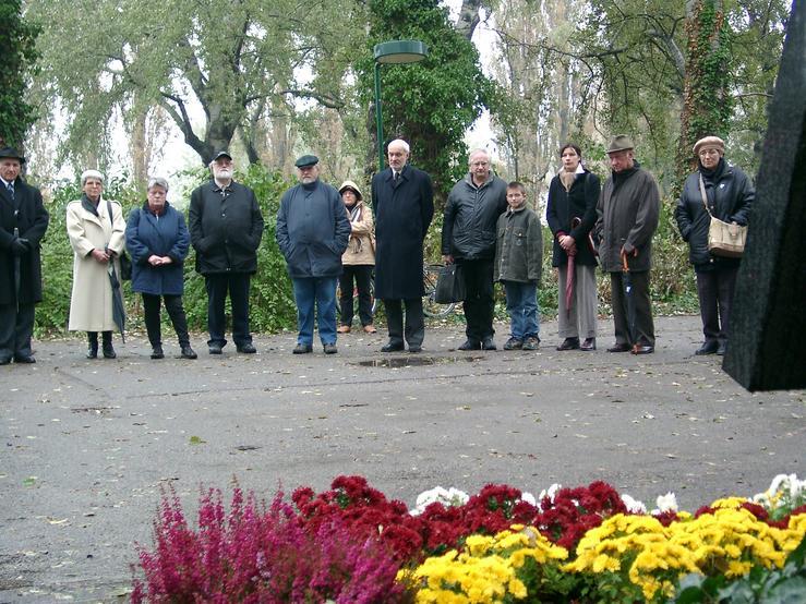 Wehrmachtsdeserteur Karl Kery (1.v.l.), Linde Wadani (2.v.l.), Herbert Exenberger und seine Frau (4.&3.v.l.), Roland Miklau (6.v.l) und andere Gäste bei der Feier in Kagran 2003 (Foto: Archiv Personenkomitee)