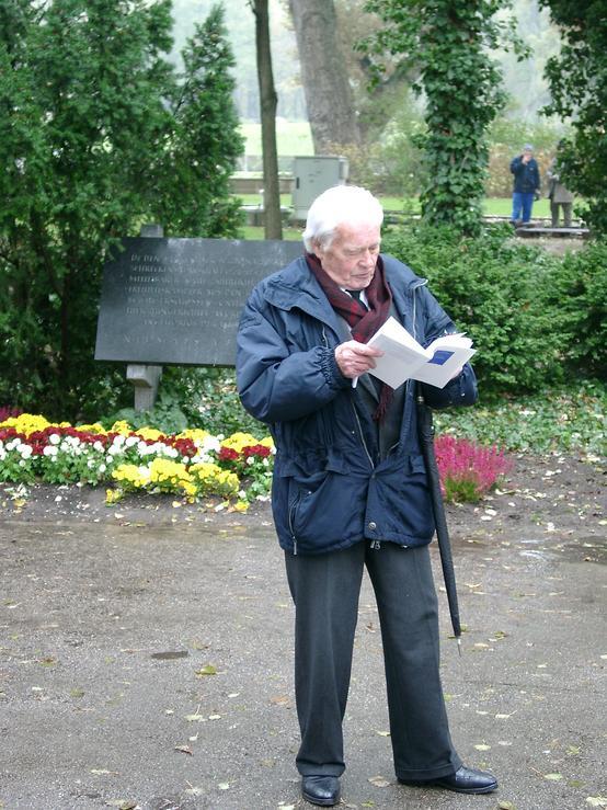 Michael Guttenbrunner bei seiner Festrede während der Gedenkfeier Kagran 2003 (Foto: Archiv Personenkomitee)