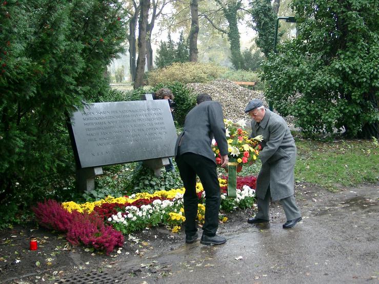 Richard Wadani (rechts) bei der Kranzniederlegung, Kagran 2003 (Foto: Archiv Personenkomitee)
