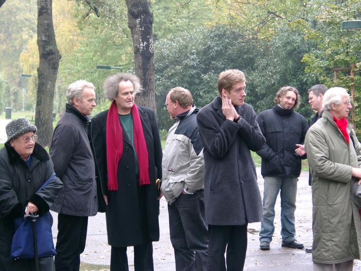 Maria Musial (1.v.l.), Andreas Wabl (3.v.l., NR-Abg.a.D. Grüne), Kai Jan Krainer (5.v.l., NR.Abg SPÖ) bei der Gedenkfeier, Kagran 2003 (Foto: Archiv Personenkomitee)
