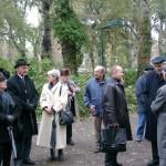 Wehrmachtsdeserteur Karl Kery mit seiner Frau (2.&1. v.l.), Linde Wadani (3.v.l.), Roland Miklau im Gespräch mit Richard Wadani und Walter Manoschek (1., 2.&3. v.re.), Kagran 2003 (Foto: Archiv Personenkomitee)