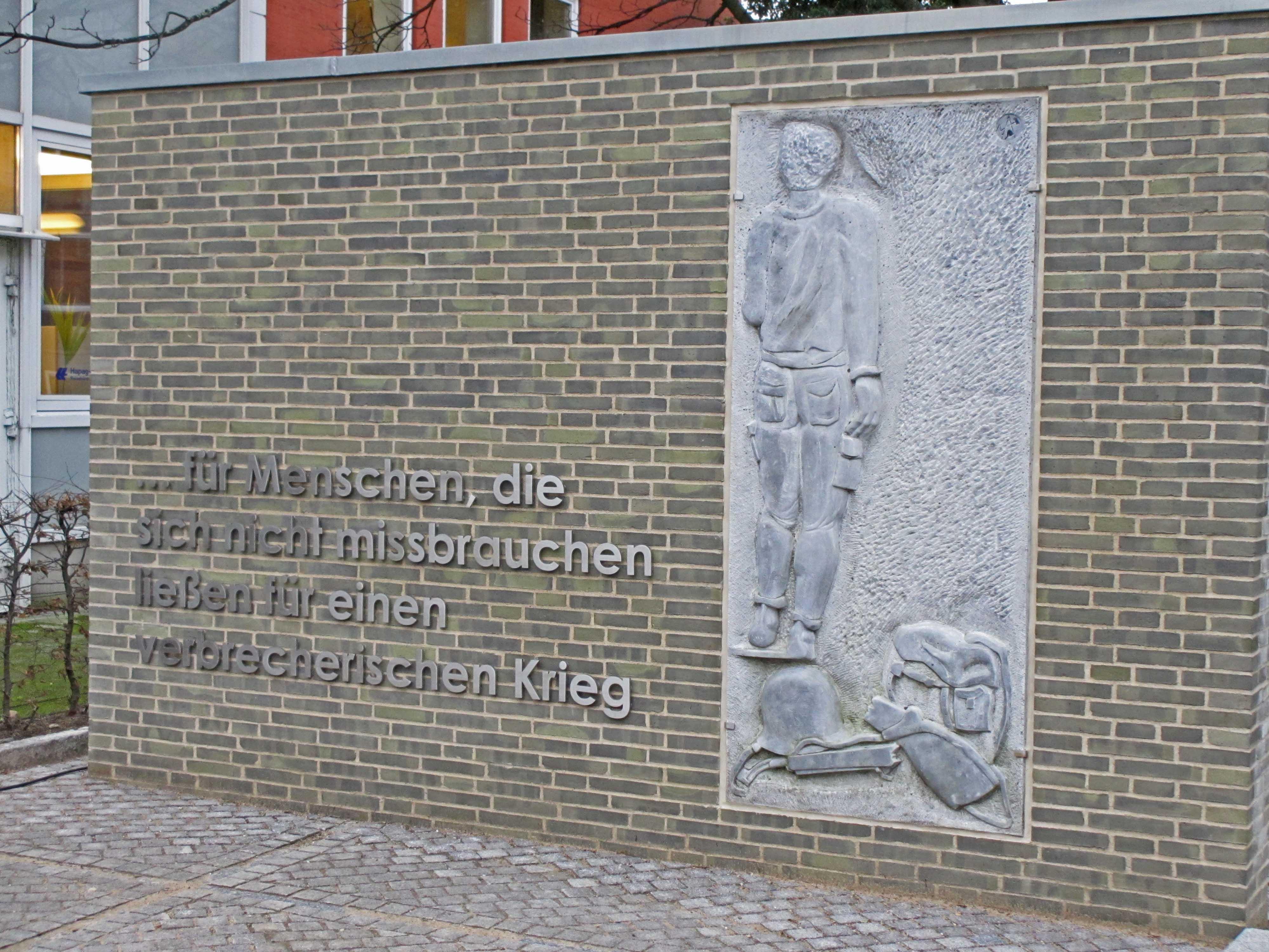 """Flensburger Denkmal """"….für Menschen, die sich nicht missbrauchen ließen für einen verbrecherischen Krieg.<br />Foto: Dr. Helmreich Eberlein"""