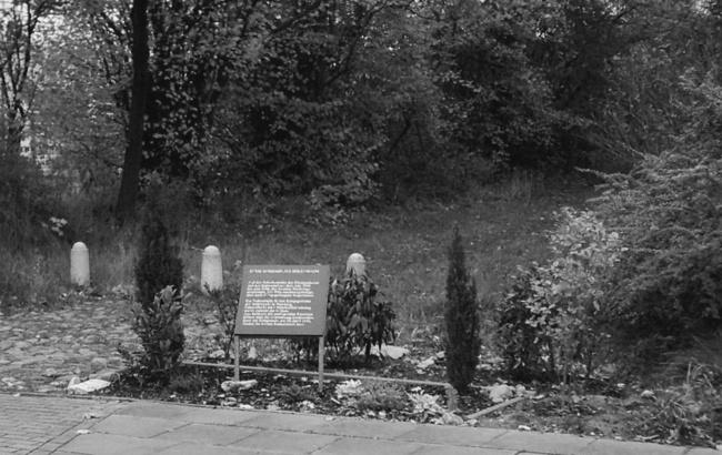 Gedenktafel für die mindestens 147 am Truppenübungsplatz Hamburg-Höltigbaum hingerichteten Wehrmachtssoldaten. Foto: Detlef Garbe