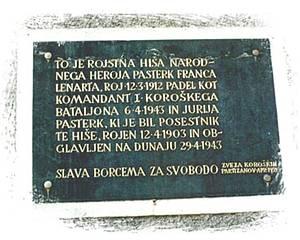 Gedenktafel für die Brüder Jurij und Franc Pasterk in Lobnig/Lobnik, 2001 / Foto: Lisa Rettl