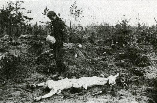 Leichenbergung in Kamenka-Wald, nordwestlich von Smolensk, Frühjahr 1942. Quelle: Fritz Kammerer: »Pilzdivision im Einsatz«, Infanterie Division Oberrhein, Frankreich, Rußland, Müllheim 1969