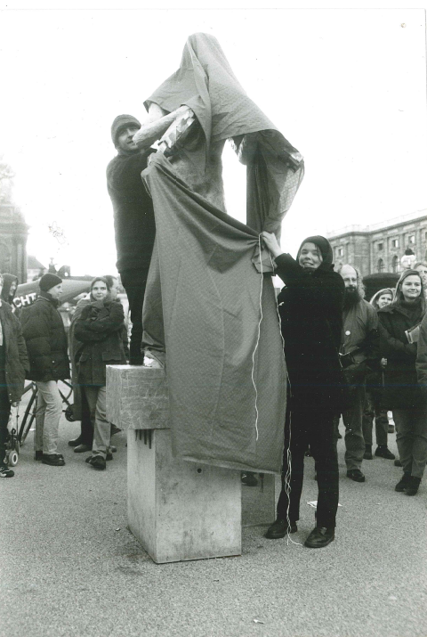 Aktion am 26.10.1998 am Maria-Theresien-Platz, Plastik: Deserteur der Jugoslawienkriege (von Tanja Windbüchler) Foto: Irene Messinger