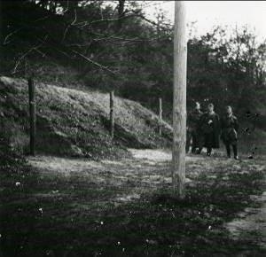 Hinrichtungsstätte im nördlichen Wallgraben des Wehrmachtgefängnisses Torgau/Fort Zinna, aufgenommen von alliierten Soldaten, April 1945.  Quelle: Archiv DIZ Torgau, Stiftung Sächsische Gedenkstätten