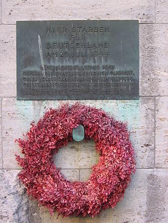 Gedenktafel im Innenhof mit den Namen der infolge des gescheiterten Aufstands erschossenen Offiziere. Quelle:  de.wikipedia.org