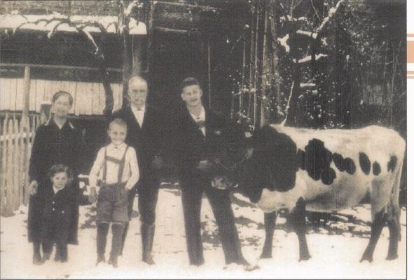 Die Familie Rupitsch vor ihrem Bauernhof Pauss in Mühlbach am Hochkönig, Winter 1935.  Quelle: privat