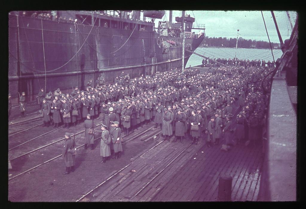 Farb-Dia mit der Beschriftung: »Sträflinge bei Pietarsaari«, vermutlich 1942:  Quelle: Stiftung Denkmal für die ermordeten Juden Europas