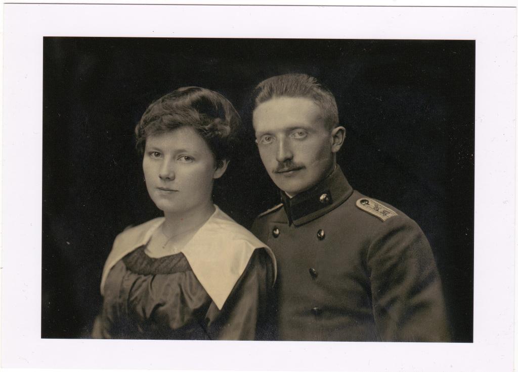 Heinrich Hehnen als Soldat im Ersten Weltkrieg mit seiner späteren Ehefrau Caritas (geborene Pelzer), undatiert.Quelle: Privatarchiv Hartmut Hehnen