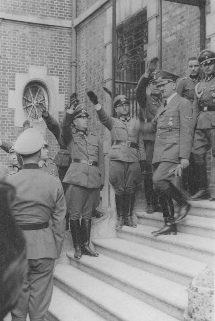 Werner Lueben (Bildmitte, halblinks) bei der Begrüßung Adolf Hitlers in Compiègne, undatiert.Quelle: Privatarchiv Claus Lueben, Halstenbek