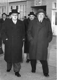 Otto Tschadek (hinten Mitte) mit Bundeskanzler Julius Raab (links) und Innenminister Oskar Helmer, um 1956: Quelle: Mandelbaum-Verlag, Wien