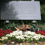 Kranz und Denkmal, Kagran 2007 (Foto: Alexander Wallner)