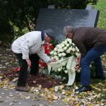 Kranzniederlegung (Richard Wadani und Harald Walser) in Kagran, 2012 (Foto: Alexander Wallner)