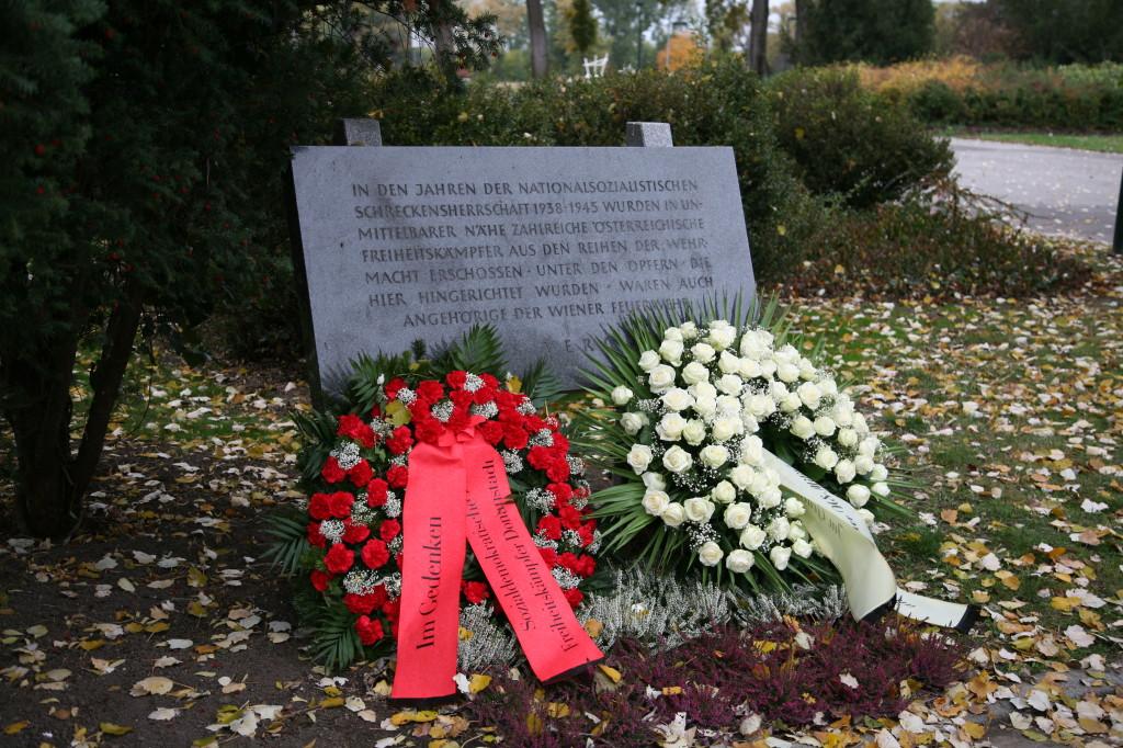 Die Gedenkstätte nach der Kranzniederlegung, Kagran, 2012 (Foto: Alexander Wallner)