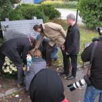 Viele Hände bei der Kranzniederlegung, Kagran 2011 (Foto: Alexander Wallner)