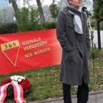 Thomas Geldmacher, Obmann des einladenden Personenkomitees, eröffnet die Veranstaltung Kagran 2014 (dahinter: Transaprent des KZ-Verbands) (Foto: Archiv Personenkomitee)