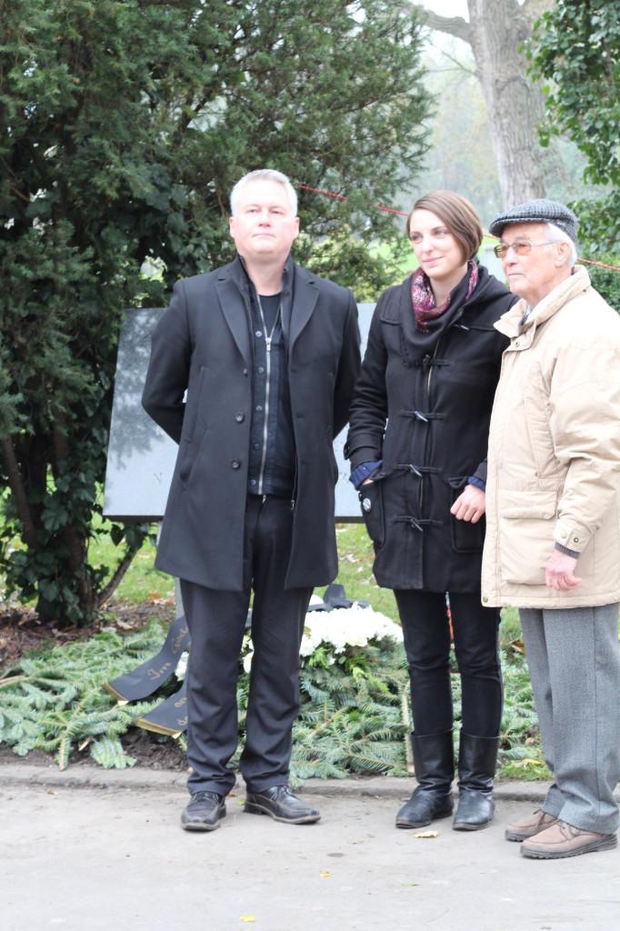 Nach der Kranzniederlegung: David Ellensohn, Viktoria Spielmann, Richard Wadani (Foto: Archiv Personenkomitee)