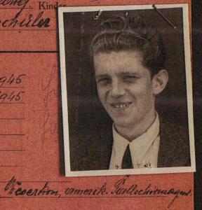 """Bild von Edgar Ulsamer, darunter seine Verfolgungsgründe: """"Desertion, amerikanischer Fallschirmagent"""" Bildquellen: Dokumentationsarchiv des österreichischen Widerstands / www.doew.at"""
