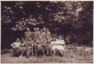"""Kriegsrichter des """"Feldgericht des Höheren Fliegerausbildungskommandeurs 17"""" im Garten des Gerichts, Mai 1942 (Bild: Privatarchiv Mathias Lichtenwagner)"""
