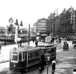 Ausschnitt aus einer Ansicht des Franz-Josefs-Kais, 1913; Ganz rechts im Bild der Industriepalast, links die Urania (Quelle: Wiener Linien, Bildstrecke)