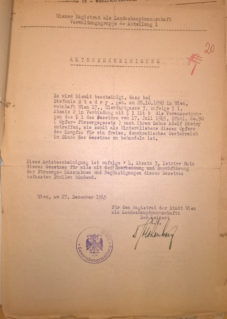 Amtsbescheinigung des Magistrats der Stadt Wien für Stefanie Stedry, 27. Dezember 1945. Das Schreiben ist die Grundlage für Leistungen nach dem Opferfürsorgegesetz. Die Handlungen ihres Sohnes schienen danach den Anforderungen des § 1 des OFG in der Fassung von 1945 zu genügen.  Quelle: Stadt- und Landesarchiv Wien