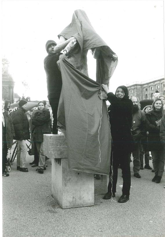 Aktion am 26. Oktober 1998 am Maria-Theresien-Platz, Aufstellung der Plastik: Deserteur der Jugoslawienkriege von Tanja Windbüchler Foto: Tanja Windbüchler