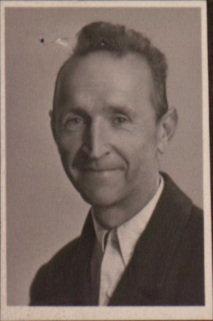 Portraitfoto Josef Rädlers, undatiert. Nachdem er 1938, 1939 und 1942 Einberufungsbeschiede erhielt, die er jeweils ignorierte, erfolgten Zwangseinweisungen in die Psychiatrie. Zwischenzeitlich half er einem seiner acht Geschwister in der Landwirtschaft. Eine eigene Familie hatte Rädler nicht gegründet.  Quelle: Landesarchiv Vorarlberg