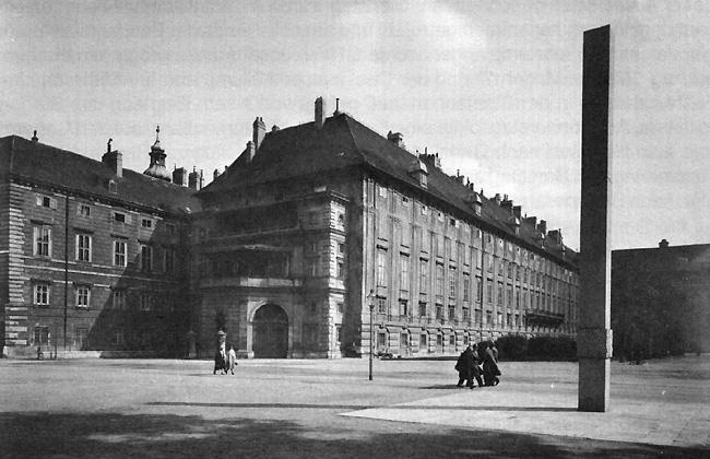 Blick auf das Otto-Wagner-Denkmal auf dem Heldenplatz (unmittelbar neben dem aktuellen Denkmalstandort), Anfang der 1930er Jahre.