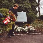 Kranzniederlegung 2002 (Richard Wadani und Thomas Walter (re.)) in Kagran 2002 (Foto: Archiv Personenkomitee)