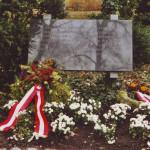 Das Denkmal nach der Kranzniederlegung, Kagran 2002 (Foto: Archiv Personenkomitee)
