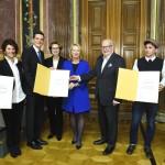 Überreichung der Urkunden an die drei PreisträgerInnen. (Fotorechte: Parlament)