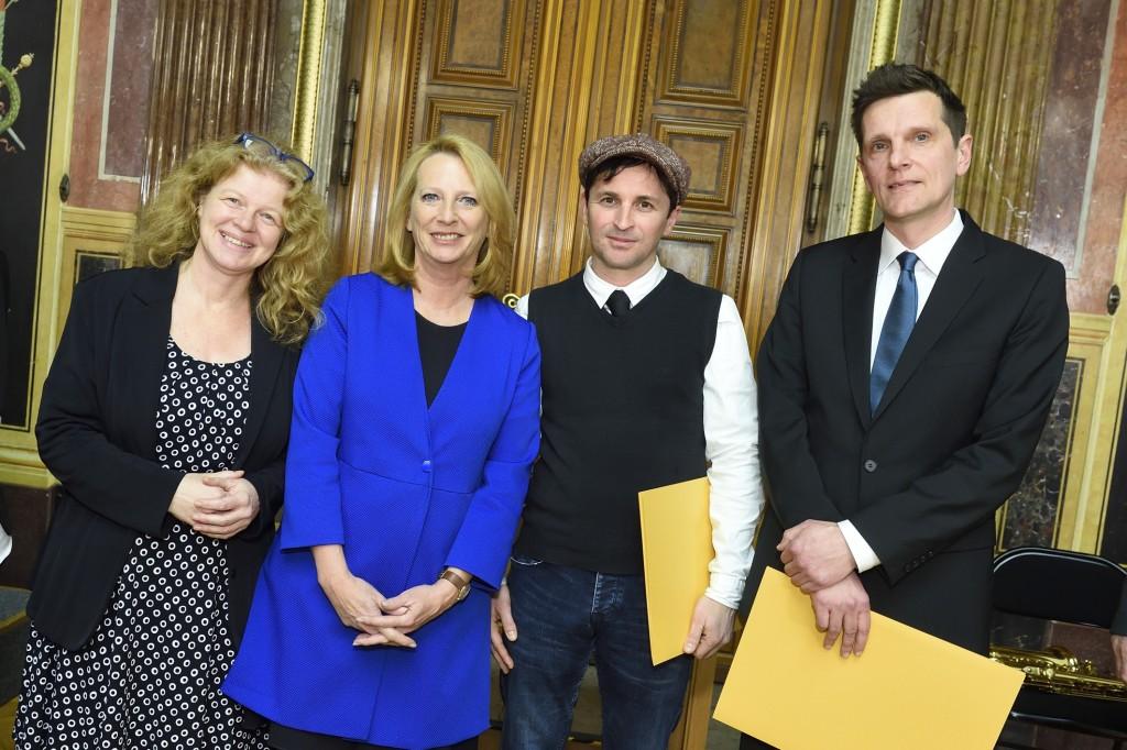 Präsidentin des Nationalrates und die PreisträgerInnen. (Fotorechte: Parlament)