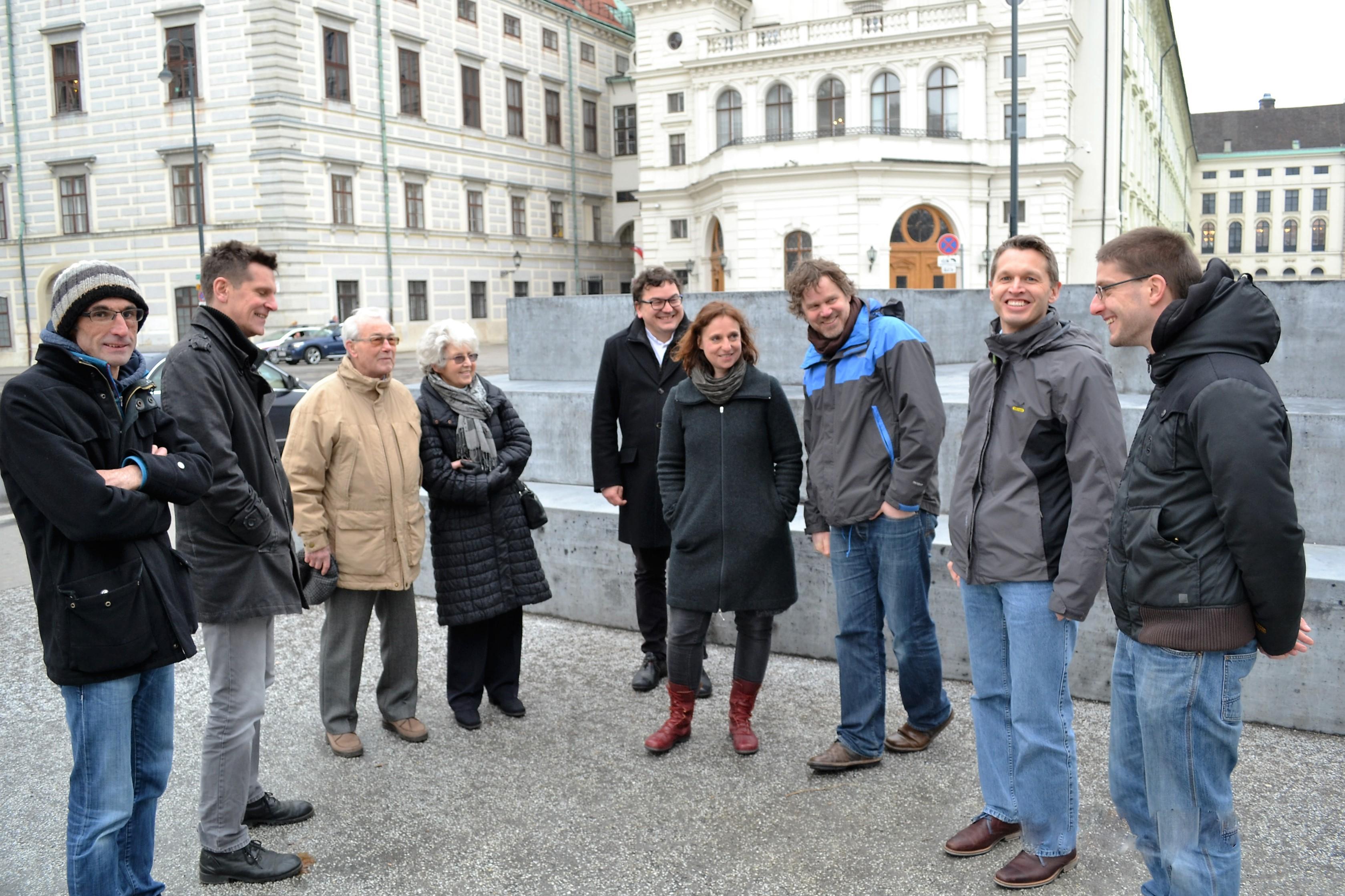 Einige Mitglieder des Personenkomitees vor dem Deserteursdenkmal am Ballhausplatz