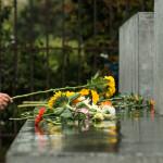 Gedenkfeier Ballhausplatz 2017: TeilnehmerInnen legen die mitgebrachten Blumen am Denkmal ab