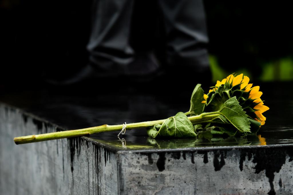 Gedenkfeier Ballhausplatz 2017: Die mitgebrachten Blumen am Denkmal nach der Gedenkfeier