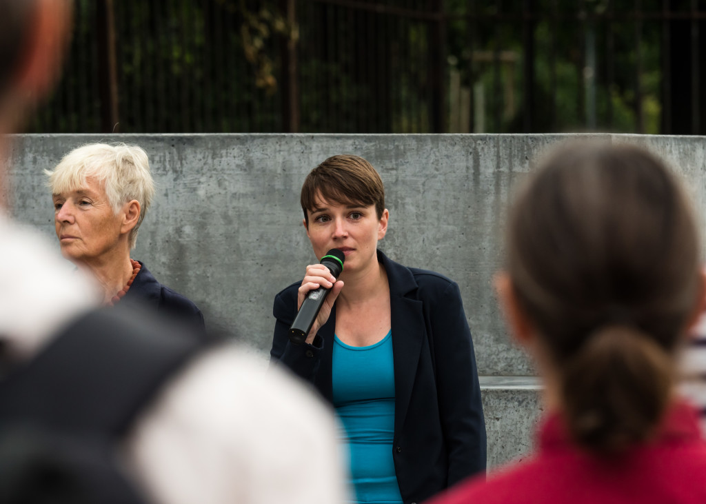 Gedenkfeier Ballhausplatz 2017: Redebeitrag Sigi Maurer, daneben Friedrun Huemer
