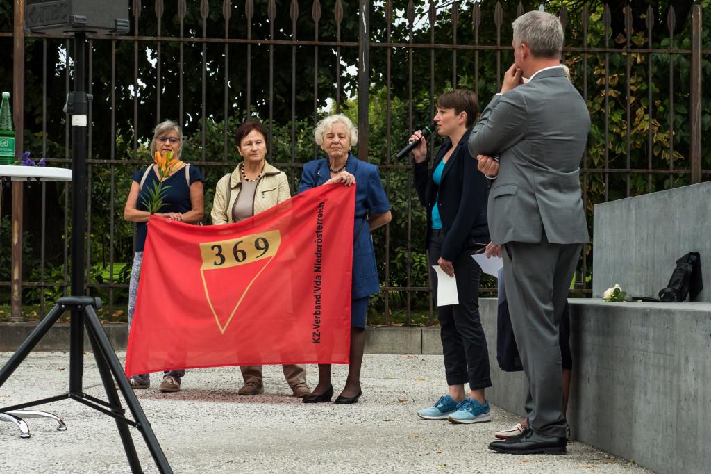 Gedenkfeier Ballhausplatz 2017: Redebeitrag Sigi Maurer, daneben Aktivistinnen des KZ-Verbands