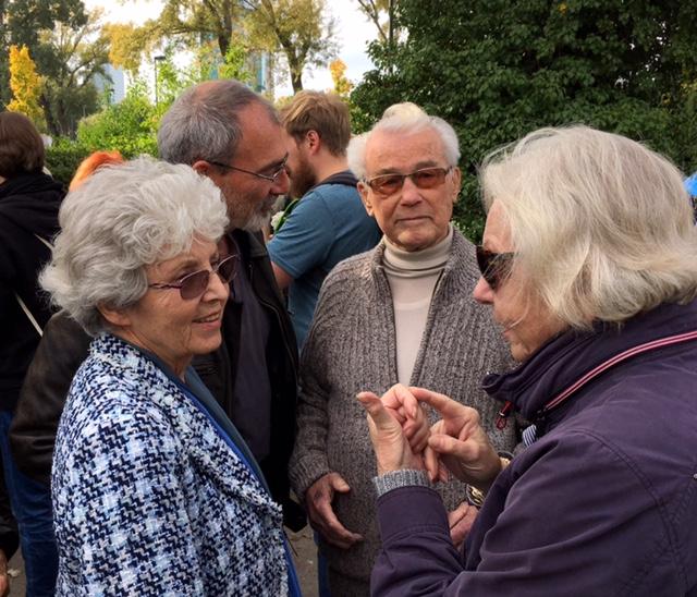 Richard und Linde Wadani diskutieren vor der Feier mit TeilnehmerInnen - Kagran 2017  (Foto: Archiv Personenkomitee)
